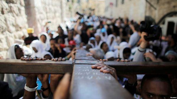 Тысячи христианских паломников встречают Страстную пятницу вИерусалиме